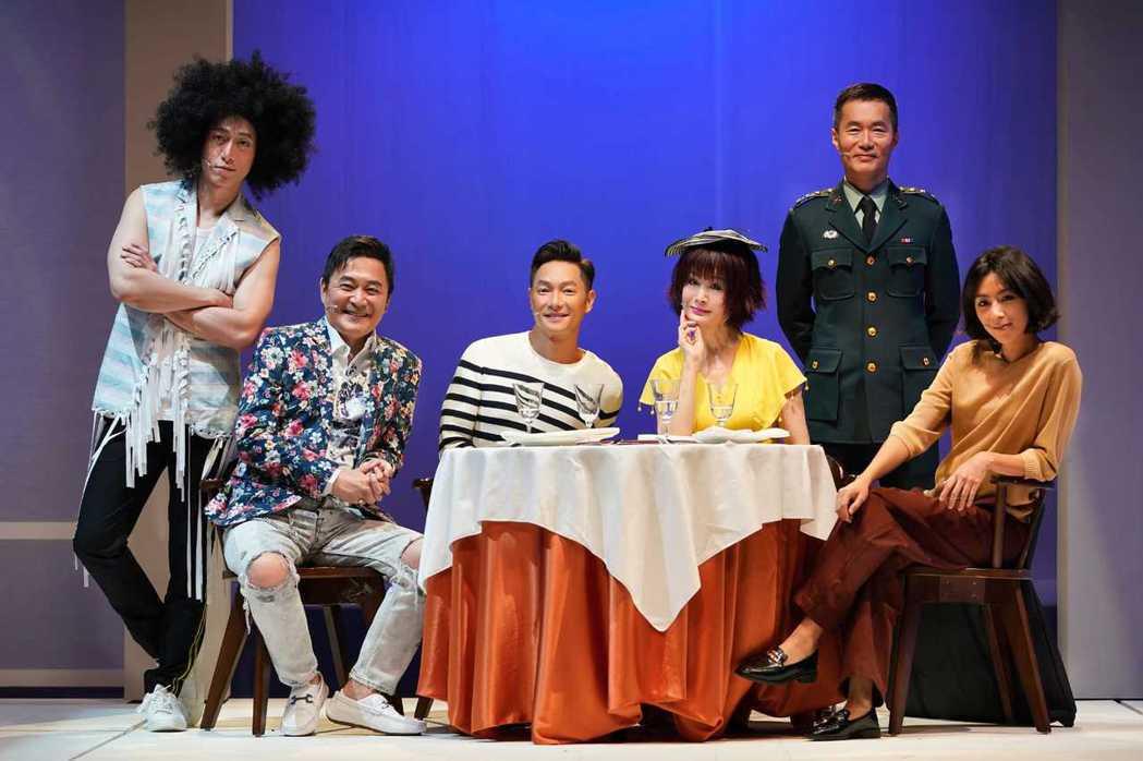呂紹齊(左起)、湯志偉、謝祖武、潘迎紫、朱宏章、林辰唏演出舞台劇「最後一封情書」...