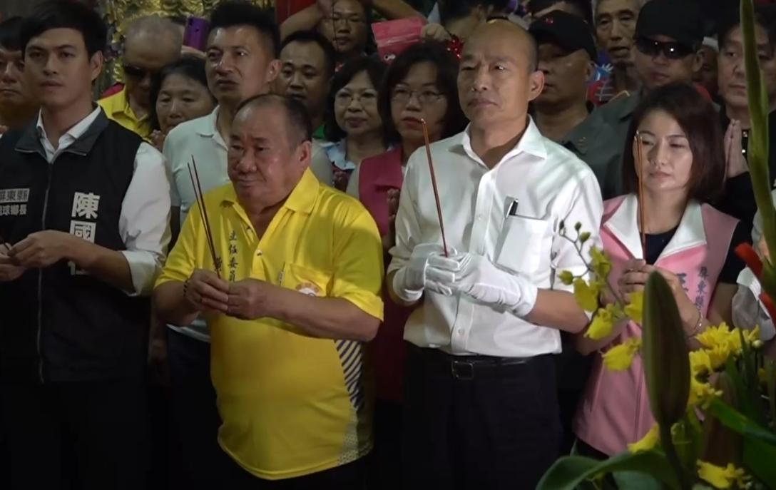 高雄市長韓國瑜下午6點到小琉球碧雲寺參拜。 記者石偉民/攝影