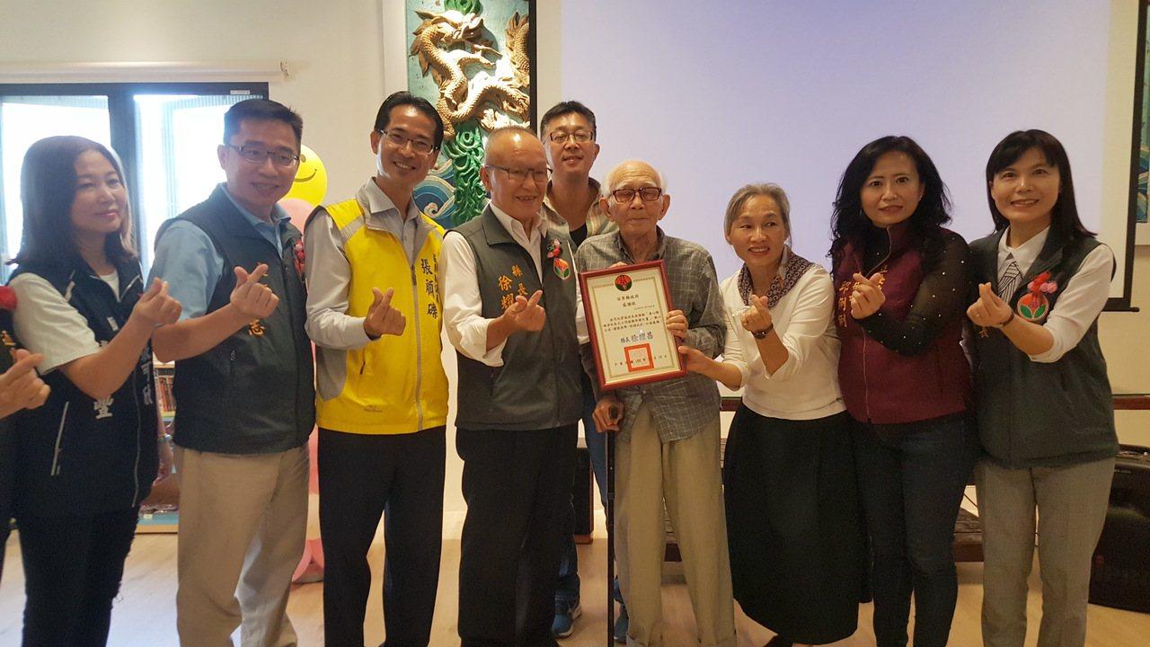 苗栗縣長徐耀昌(左四)頒發感謝狀給87歲的林富敏老先生(右四),感謝他父子提供百...