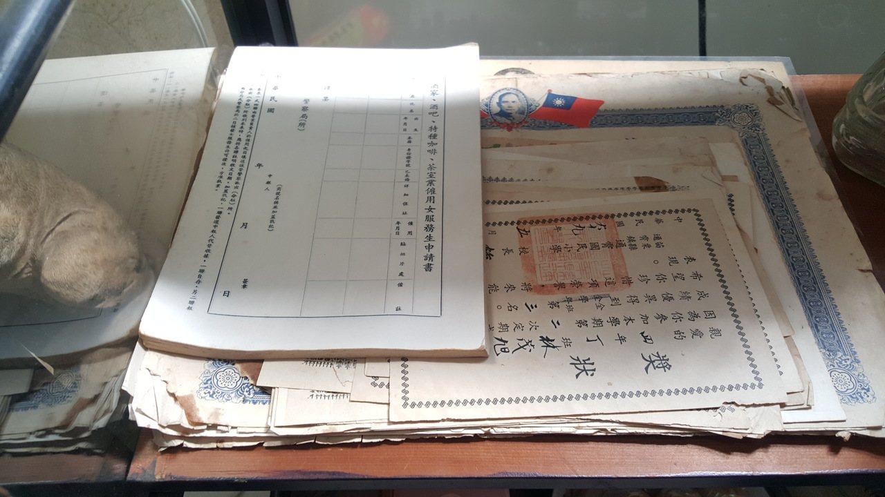 林茂旭保留樂天地酒家的一些物件,包括營利事業登記證、女服務生僱用申請書等,充滿時...