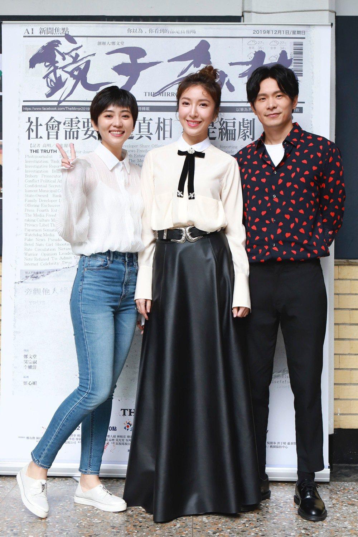 瑭霏(左起)、楊謹華、姚淳耀為「鏡子森林」跑校園宣傳。圖/民視提供