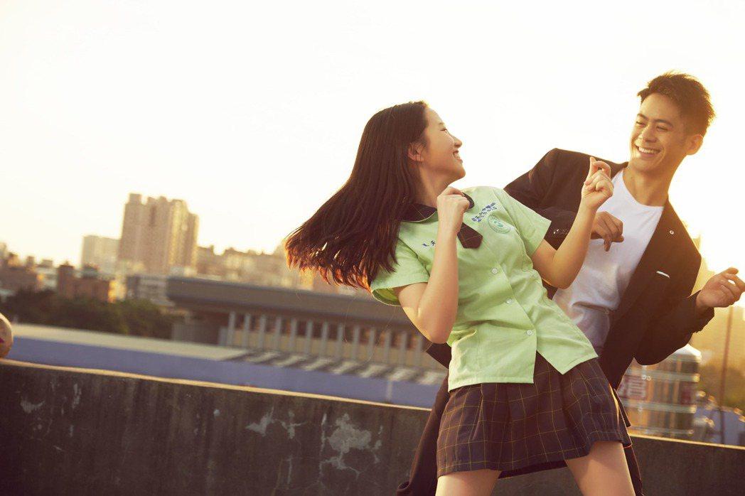 李淳與蔡瑞雪在「陪你很久很久」,高樓大跳復古舞蹈。圖/威視提供