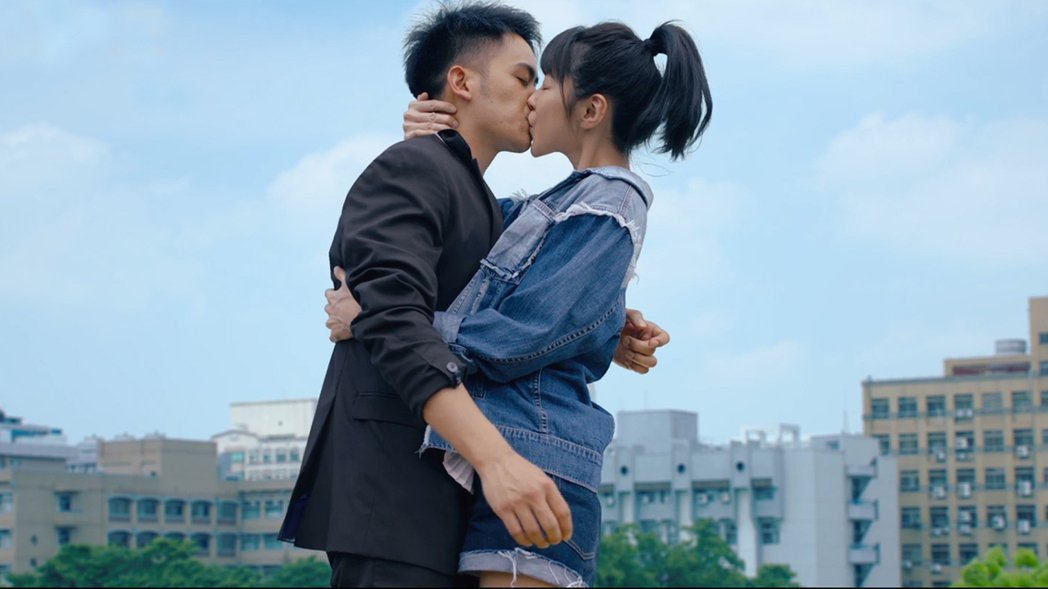 邵雨薇在「陪你很久很久」主動吻李淳,他卻為了別的原因嚇到腿軟。圖/威視提供