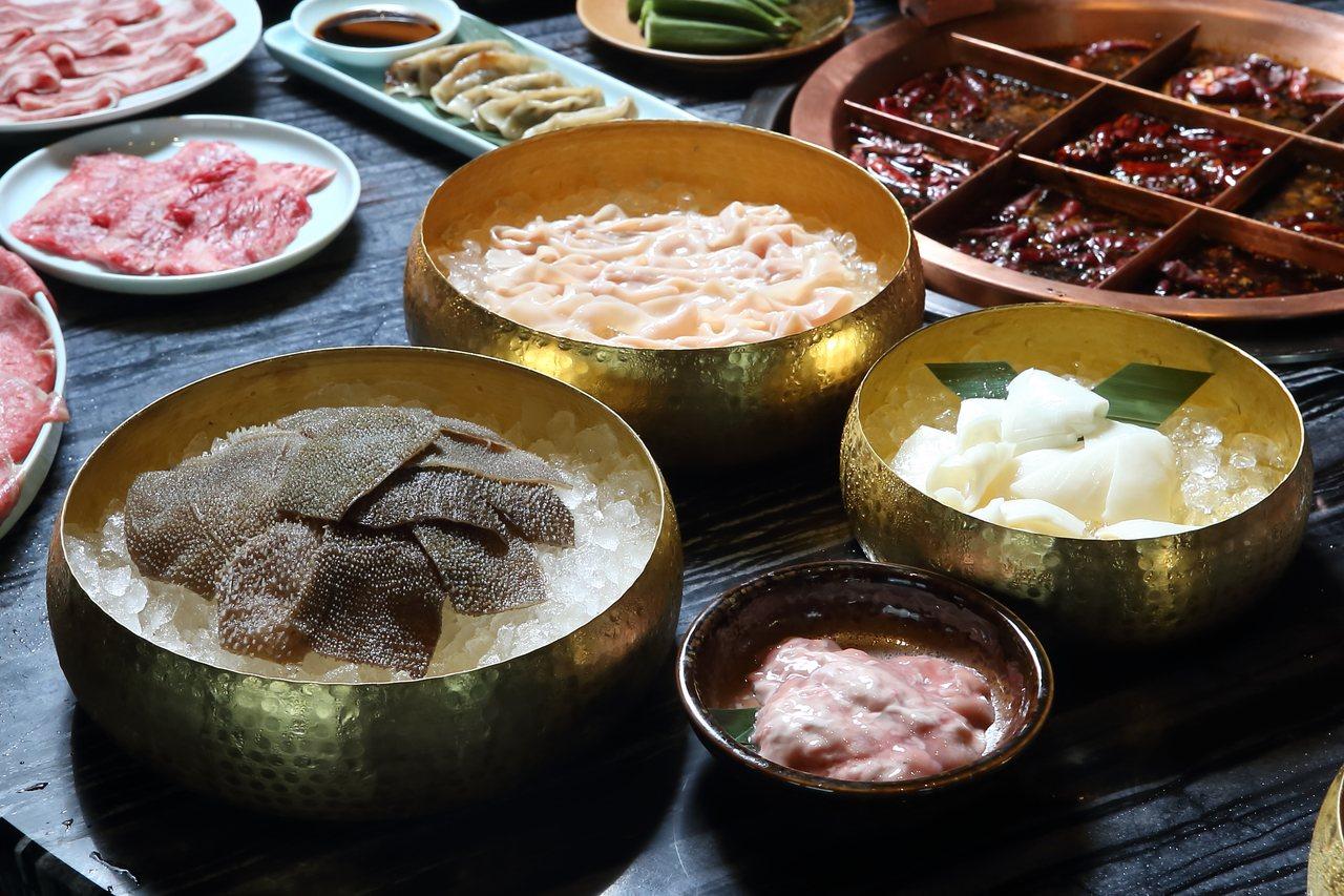 毛肚、鴨腸、黃喉與腦花,乃是重慶麻辣鍋必備的經典食材,每份120元起。記者陳睿中...