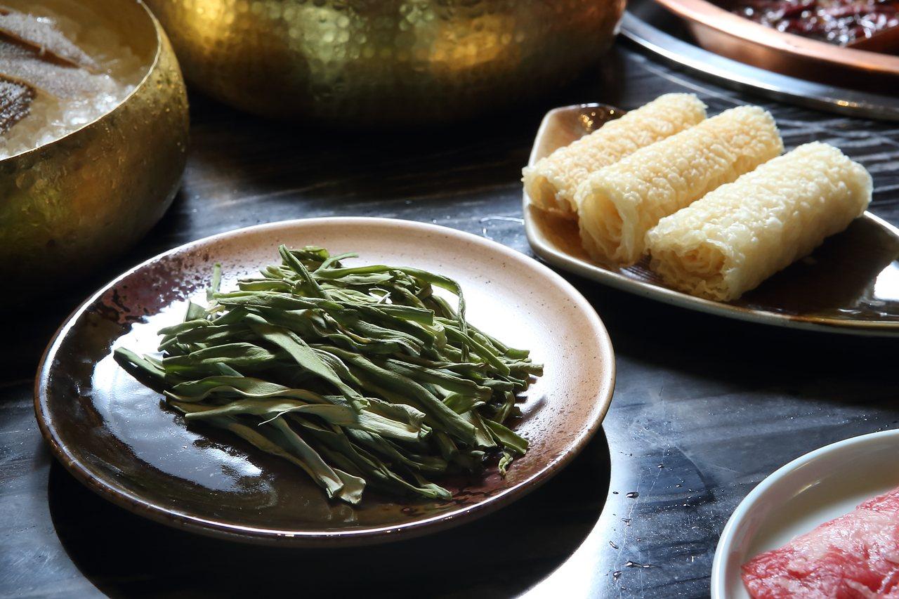 脆口的貢菜、容易吸附湯汁的鈴鐺捲,也是重慶火鍋的常見食材。記者陳睿中/攝影