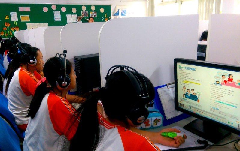 偏鄉孩子從小沒念過雙語幼兒園或美語補習班,英聽全靠學校老師用校內視聽設備訓練。本報資料照片