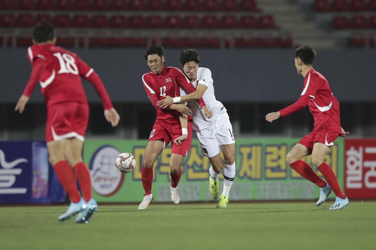 即使沒觀眾沒轉播,兩韓足球員仍賣力比賽。美聯社
