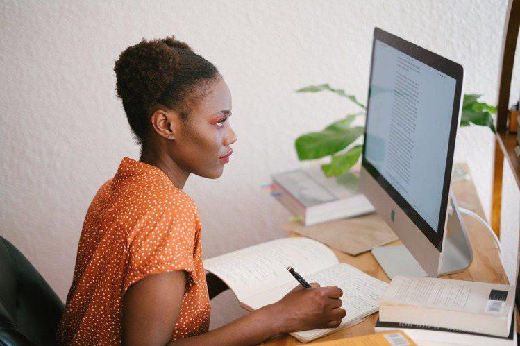 忙碌的新時代女性,最重要的就是對抗老化,那該如何預防?圖/摘自 pexels