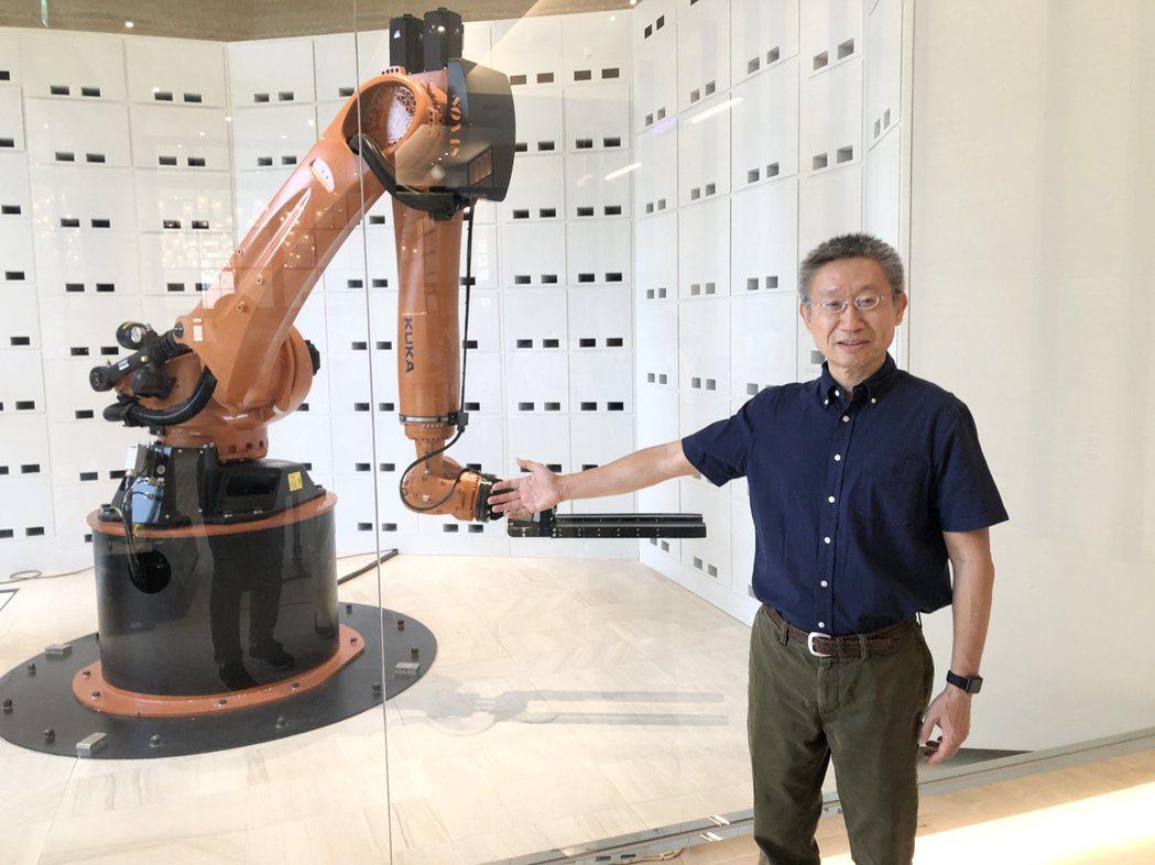 浮雲客棧董事長林志明展示機器手臂寄放行李服務系統。記者宋健生/攝影