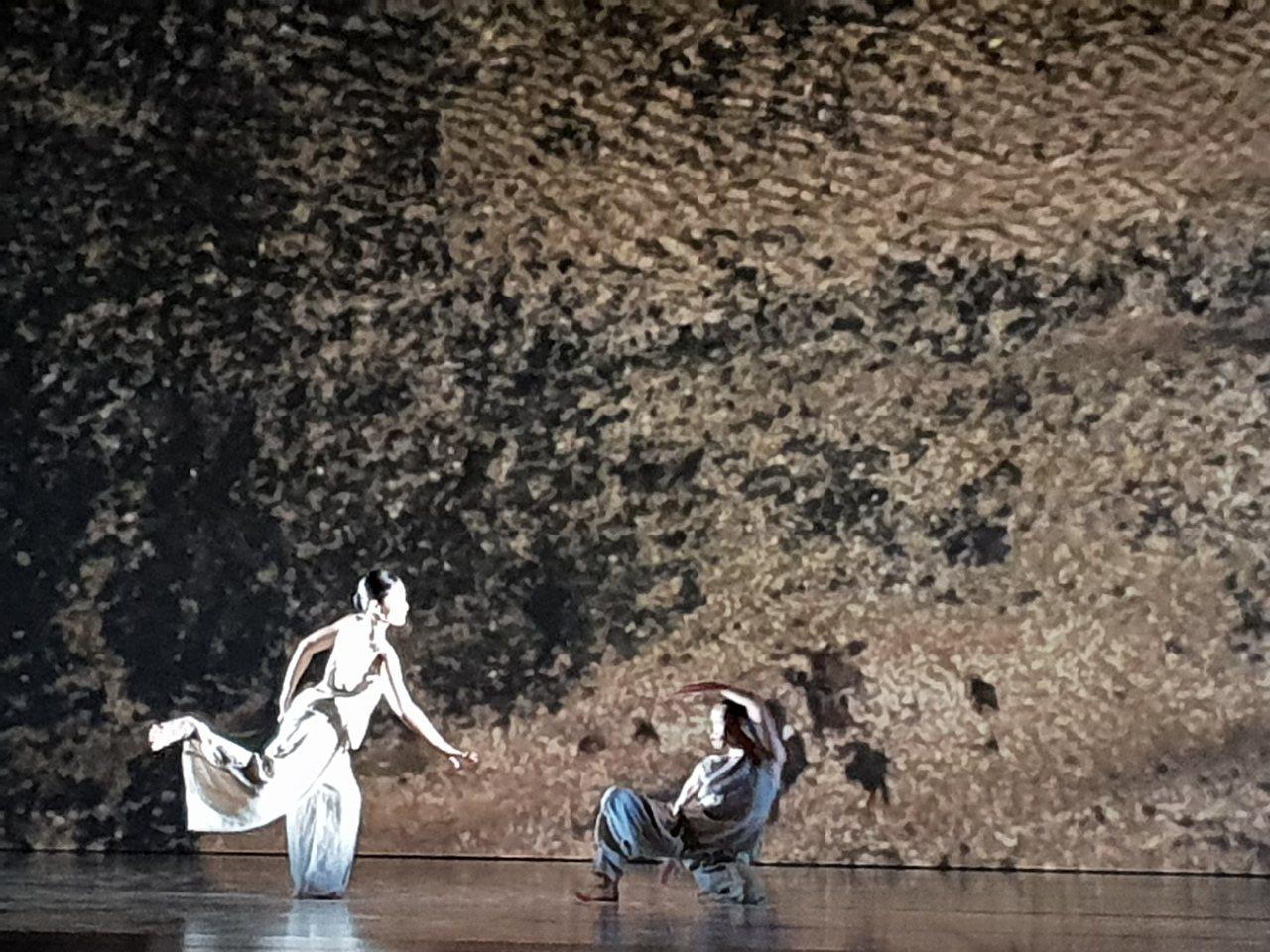 林懷民年底退休前展演的最後一支舞作「秋水」,彷彿對似水流年的致敬與嘆息。記者陳宛...
