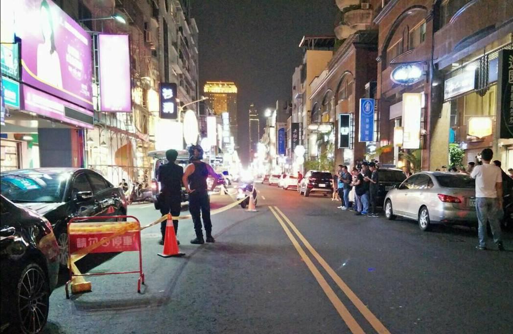 高雄前鎮警分局今晚近9點,在新興區新田路、林森路附近某大樓進行攻堅,破門之際,通...