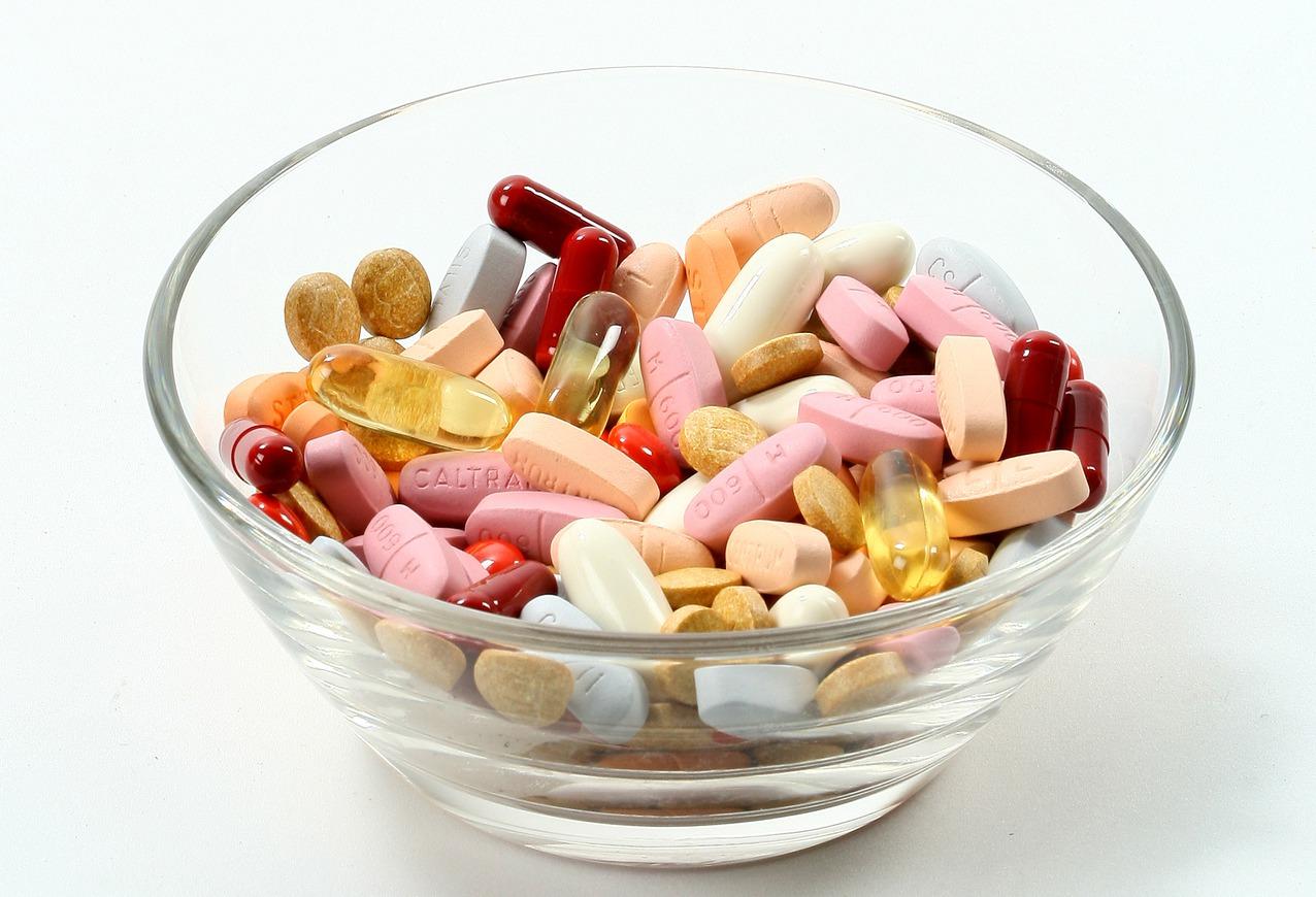近期研究發現,常見的維生素B6跟B12若食用過量,會增加髖部骨折機率,因此必須遵...