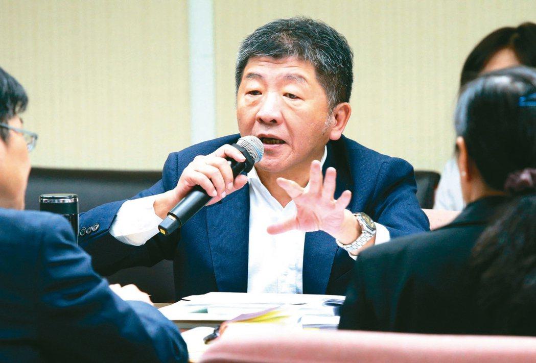 衛福部長陳時中(中)昨天上午在立法院表示:「醫材管理法」修法差最後一步。 記者林...