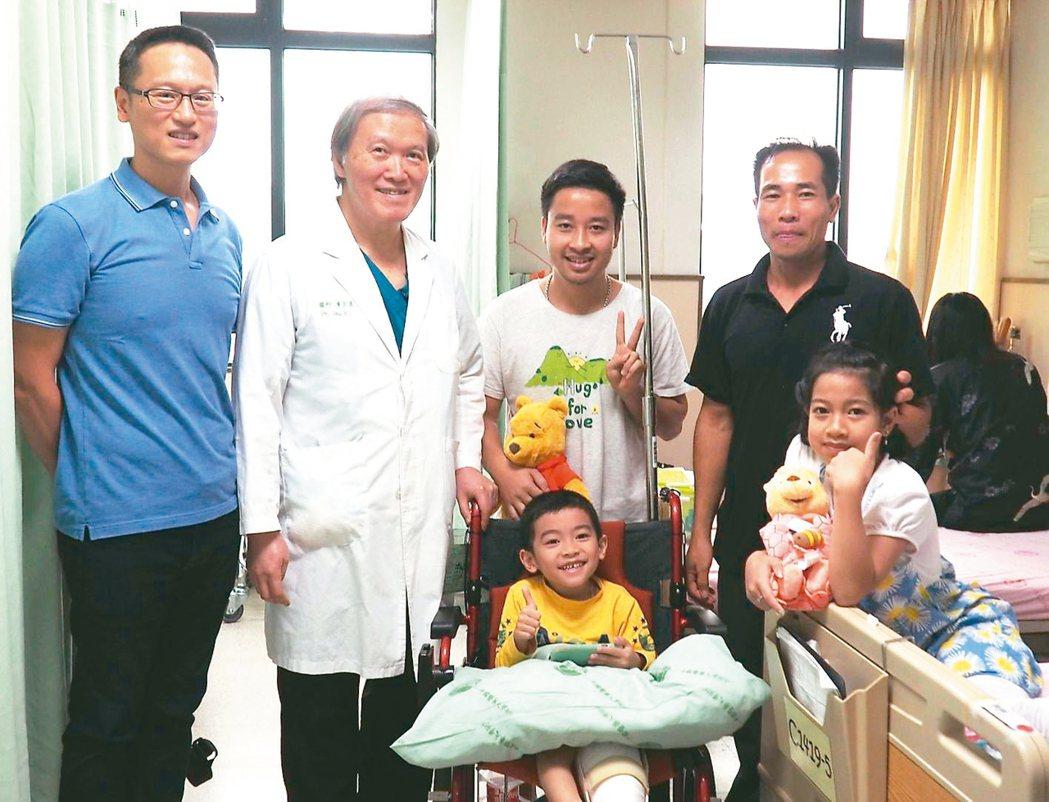 越南「阿巒」(前排右)、劉小弟(前排左)去年在台商贊助下,回台複診,與陳宏基(左...