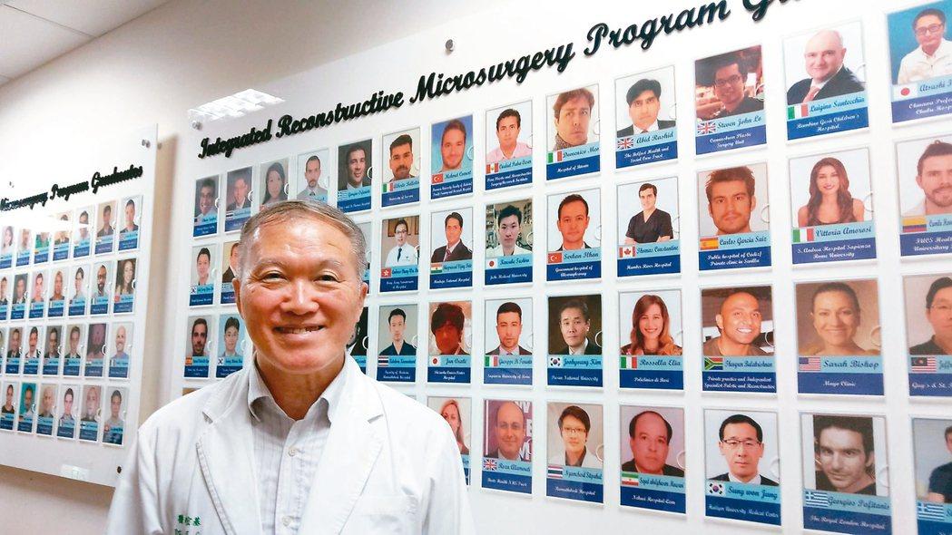 陳宏基,15年來培訓國外醫師,桃李滿天下,後方為他培訓國外醫師照片牆。 記者趙容...