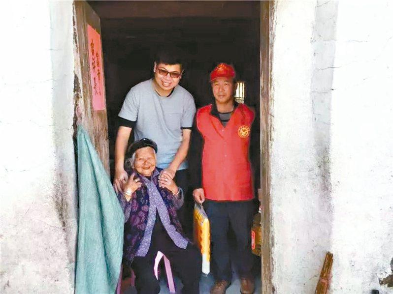 真島農場總經理尤凱威(左)熱心公益,他與志願者走訪慰問當地老者。 圖/本報福建漳州傳真