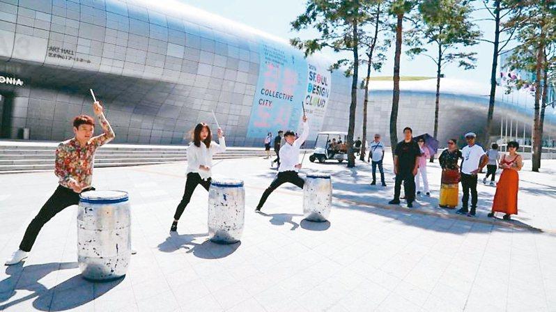 在東大門,可以欣賞到打擊樂演出。 圖/擷取自韓國觀光公社官網