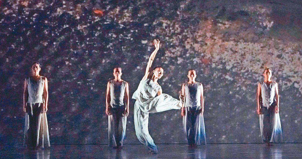 林懷民的舞蹈作品「秋水」。 記者杜建重/攝影