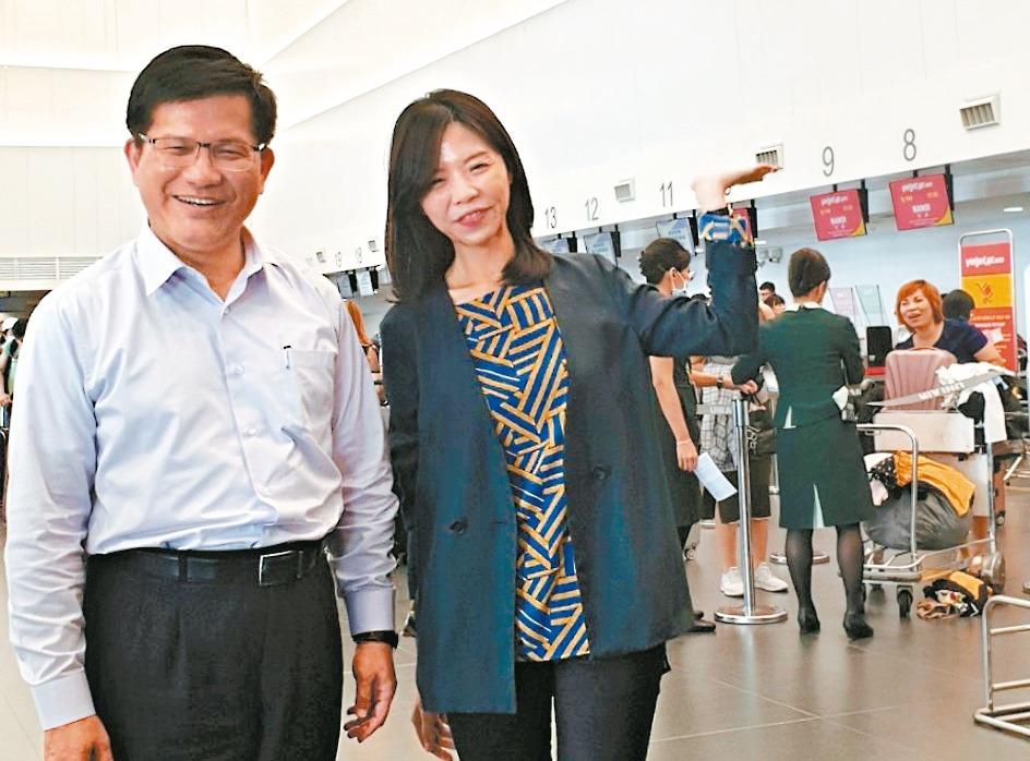 交通部長林佳龍(左)和立委洪慈庸(右)昨天到台中國際機場視察,林佳龍提2040年...