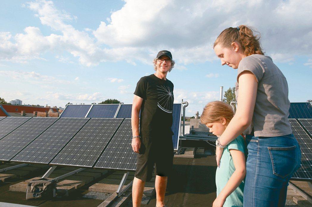 德國這座百年老屋改造而成的節能住宅不只節省能源、省水,屋頂太陽能板,足以供應住戶...