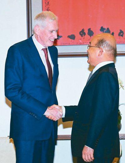美國在台協會主席莫健(左)昨天拜會行政院長蘇貞昌。另在美國智庫研討會上,對於台美...