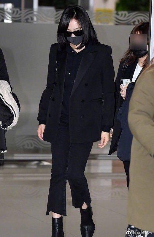 f(x)前隊長宋茜抵韓,機場不發一語。圖/摘自新浪娛樂