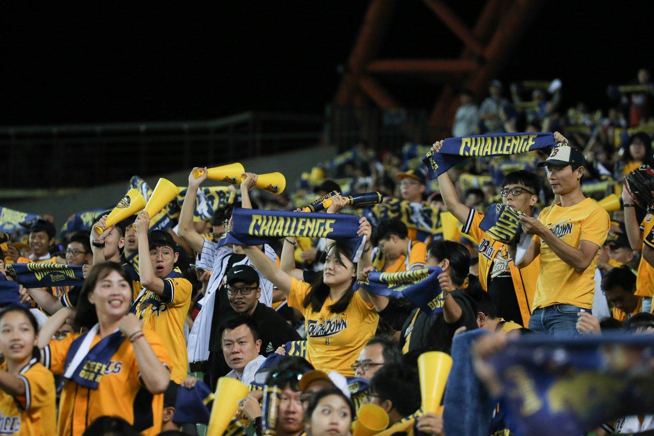 台灣大賽第五戰,球迷很有可能得同時告別恰恰與Lamigo。 聯合報系資料照 記者...