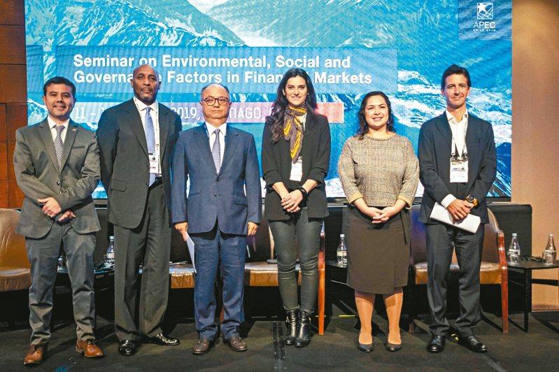 富邦金控受邀參加APEC財政部長系列會議之「金融市場之環境、社會及公司治理(ESG)要素研討會」,富邦金控總經理韓蔚廷(左三)代表與談。 富邦金/提供