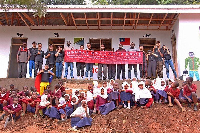 以資訊科技領先的朝陽科技大學,培訓國際志工赴非洲坦尚尼亞,為偏鄉學童建置數位學習...
