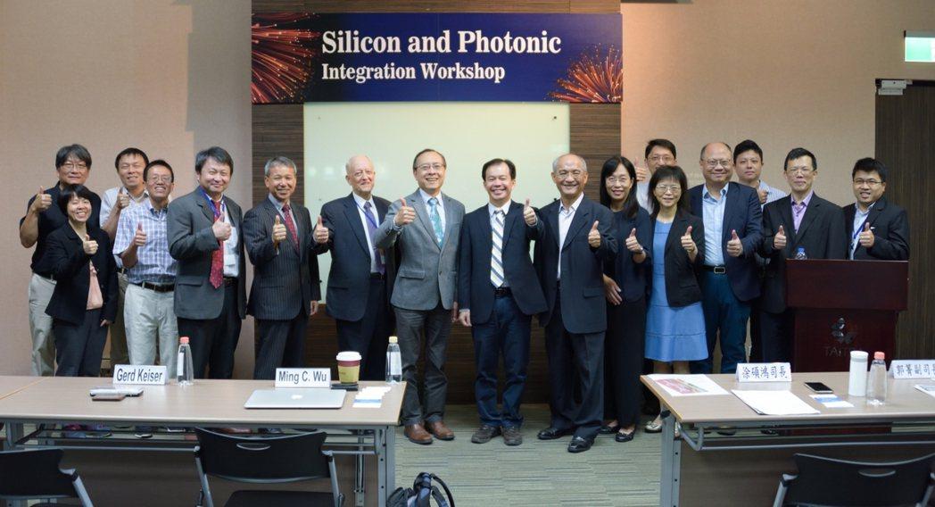 科技部「矽光子與積體電路專案計畫」舉辦「積體光電國際工作坊」合影。工程中心/提供