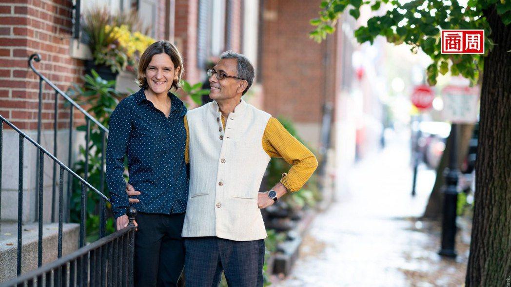 巴納吉(右)、杜芙若(左)是年齡相差12歲的經濟學家夫妻檔,杜芙若更是史上最年輕...