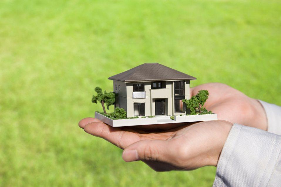 中信房屋日前進行網路調查顯示,若想把名下房產轉給晚輩,有51.5%的欲採取「贈與...