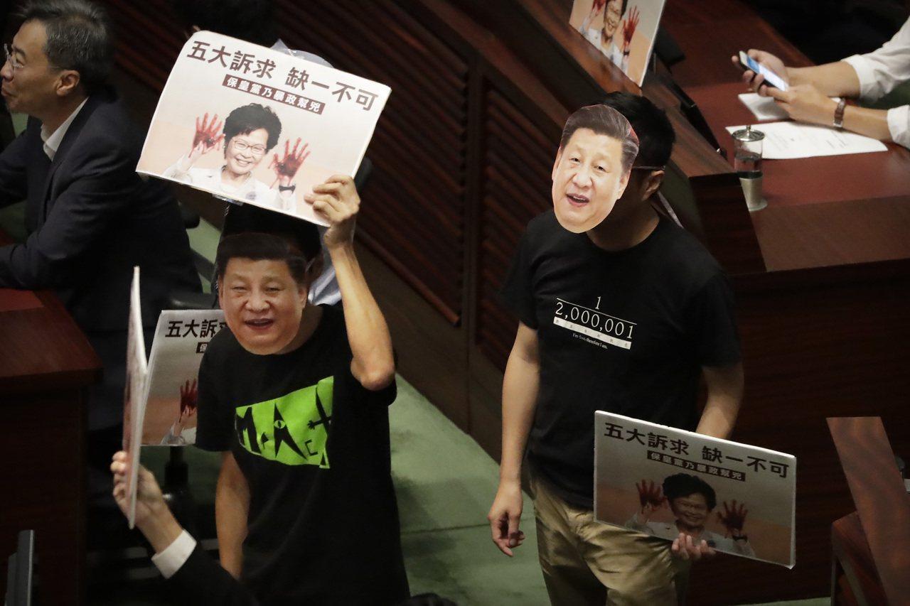 林鄭以影片發表施政報告 美聯社