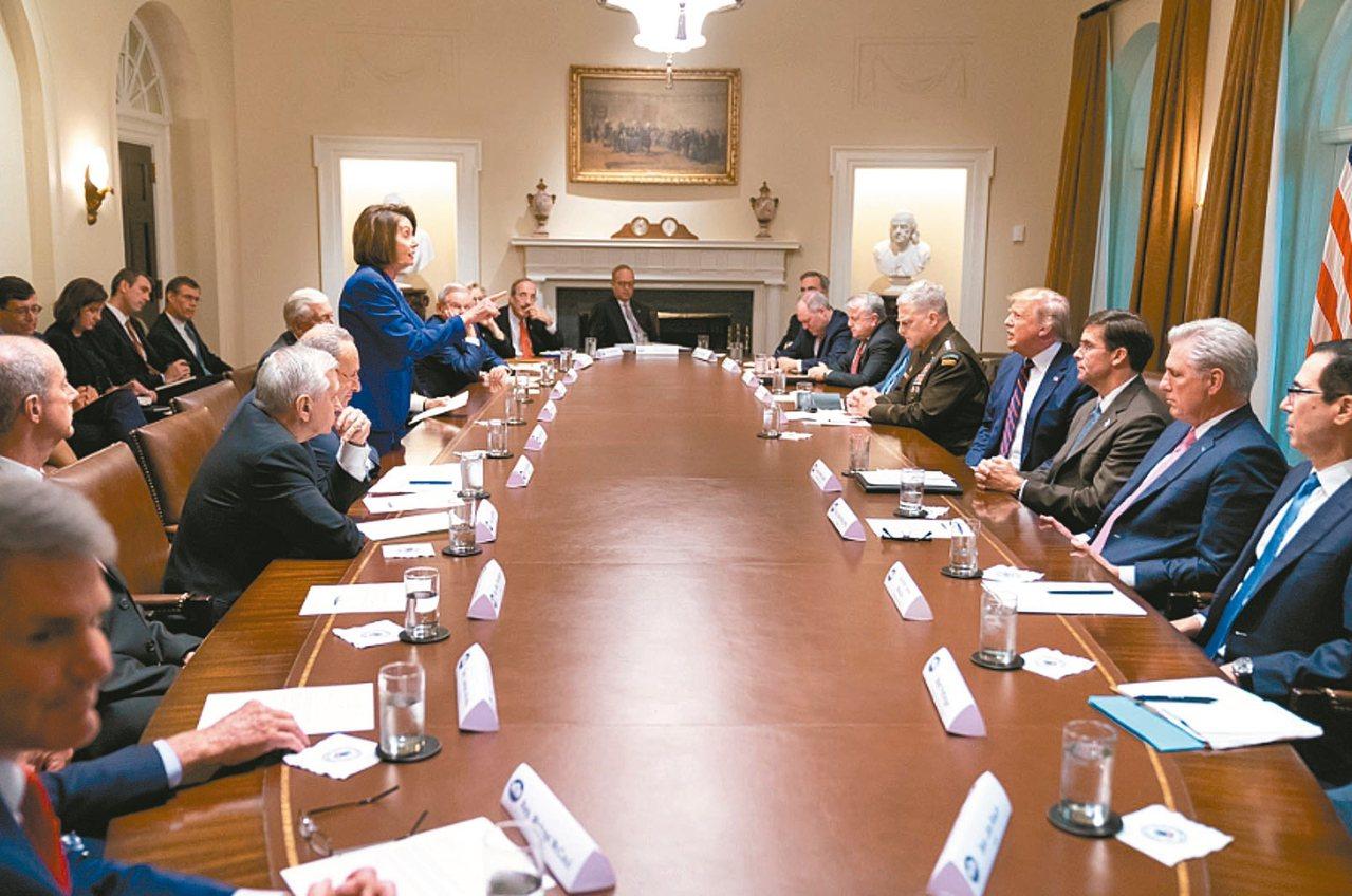美國眾院議長波洛西(站立者)16日到白宮與美國總統川普會談,不歡而散。 圖/取自...