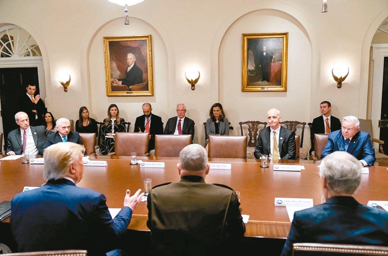 川普(前排左)痛罵眾院議長波洛西為「三流政客」,氣得波洛西與民主黨領袖走人,留下...