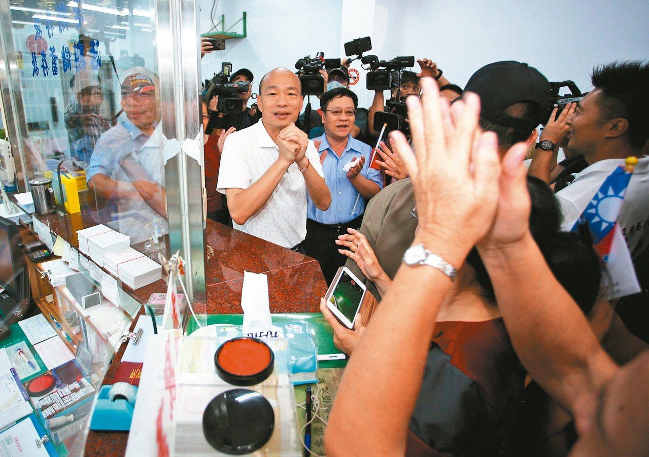 國民黨總統參選人韓國瑜早上在小琉球拜會,受到許多支持者歡迎。 記者劉學聖/攝影
