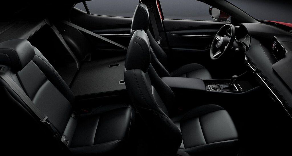 中國製新Mazda 3也是要到較高等級的車型才有鍍鉻飾條、真皮包覆方向盤、真皮包...