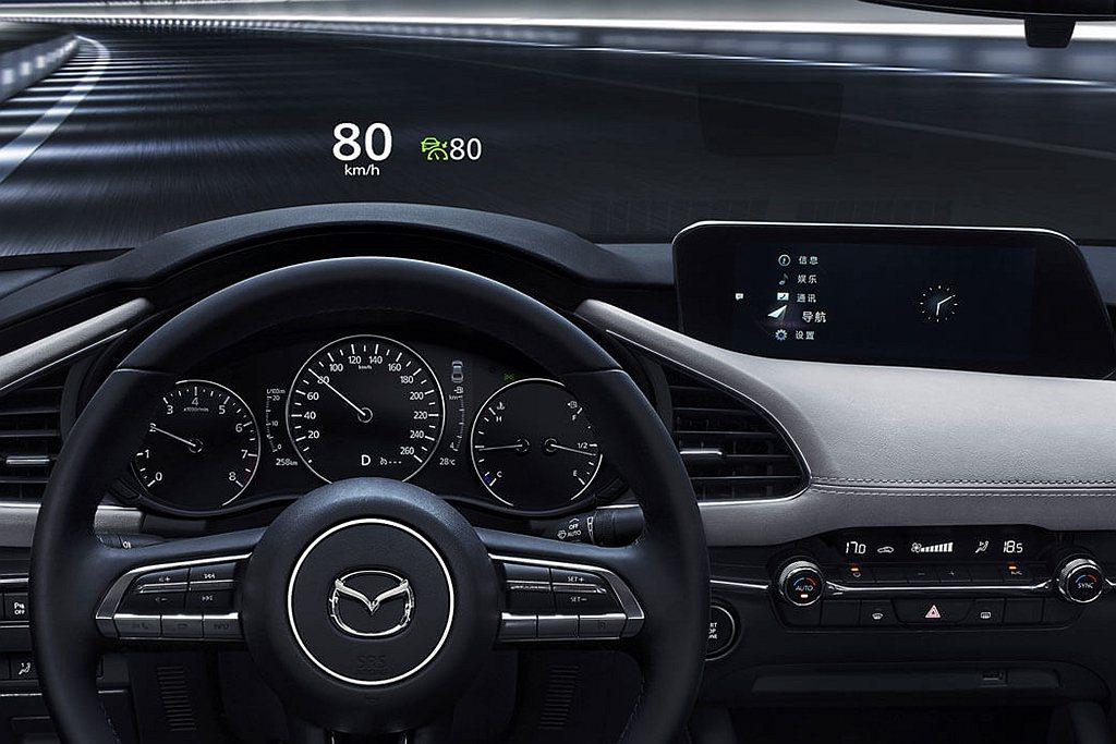 當然也要到高階車型才會有抬頭顯示與Mazda Connect連結系統。 圖/Ma...