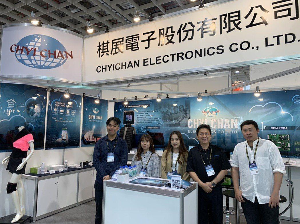 棋展電子董事長陳韋宏(右二)帶領團隊參加台北國際電子產業科技展 謝俊志/攝影