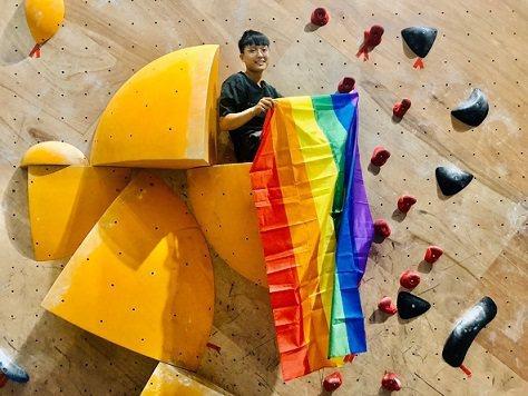 支持婚姻平權的民眾在大埔攀岩場攀岩高掛彩虹旗。 大埔攀岩場/提供