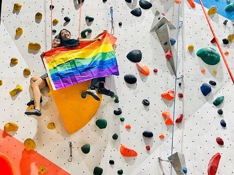 大埔攀岩場目前因為同志驕傲月歡迎同志朋友或支持的民眾攀岩高掛彩虹旗。 大埔攀岩場...