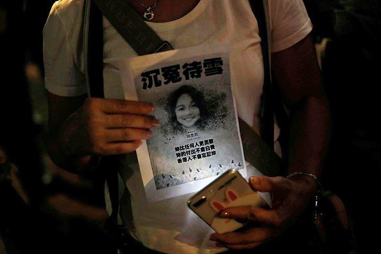 10月11日,港人在上水發起女學生陳彥霖悼念晚會。 圖/路透社