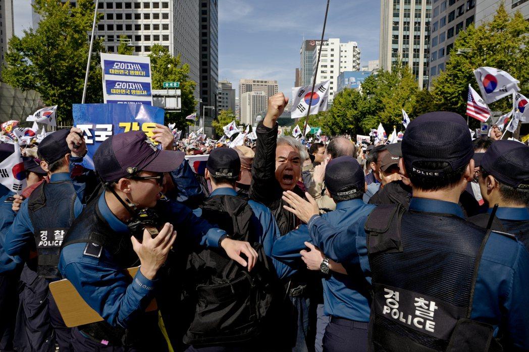 曹國從上任,到推動執政黨計畫已久的檢調改革,在過去兩個月來引法南韓輿論的巨大分歧...
