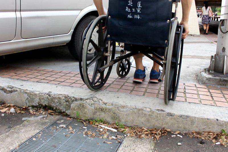 如果交通運具確實規畫、公共設施在符合「使用者經驗」的方式下仔細設計,人便不會成為「有障礙的人」。 圖/王浩宇提供