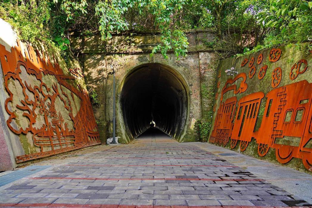 新北市府完成「汐止通往基隆」最後一段工程的自行車道,並於本月7日開放通行。 圖/...