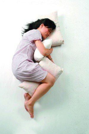 醫師建議大家側睡,夜裡才能睡得最好。可用枕頭抵住上半身,或者放在膝蓋及踝部之間,...