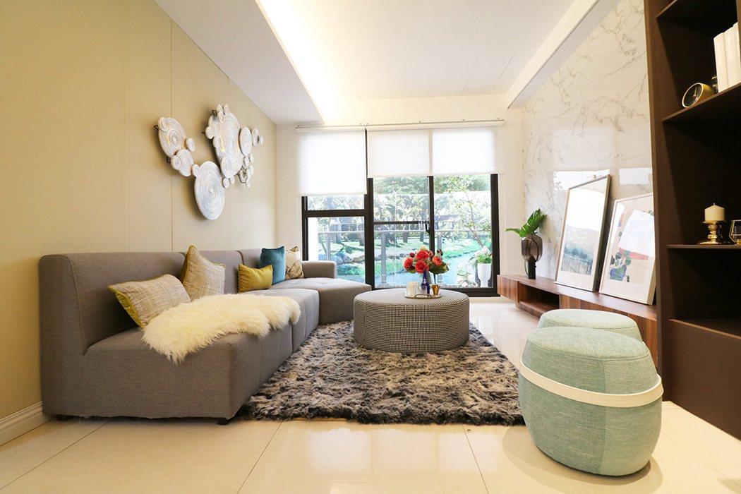 客廳大片「落地窗」設計採光充足。 圖/宜誠玓瓅 提供