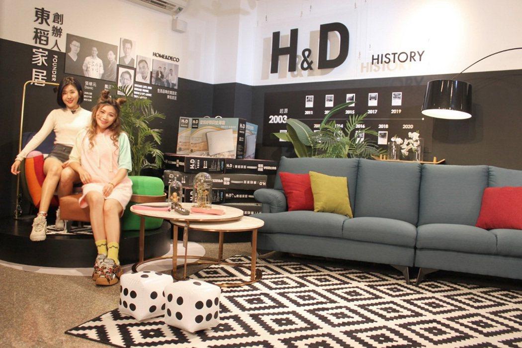H&D東稻家居舒適「沙發」,倆人直呼好想帶回家。 圖/H&D東稻家居 提供