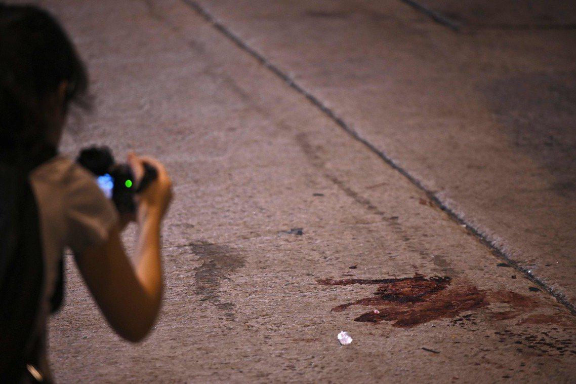16日晚間7點40分左右,民間人權陣線的召集人岑子杰,在旺角鴉蘭里突然遭到4至5...