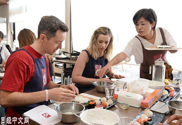築地場外市場的料理教室裏的外國遊客(9月,東京都中央區)